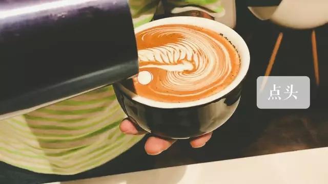 1.倾斜咖啡杯,对准浓缩咖啡液面中央  左手紧握咖啡杯,将咖啡杯把与拉花缸缸嘴成垂直角度。  右手紧握拉花缸,让蒸汽牛奶由缸嘴垂直形成水流。 2.融合 晃动拉花缸 晃动咖啡杯 拉花缸与咖啡杯同时晃动 注:根据个人习惯,以上三种选择一种方法融合。 融合流量距液面高度为3~5cm,融合至填满咖啡杯40%。 so:手要稳定,且不要慌哦~ 第二步  选点注入 第一次注入点:液面中心点注入,向前推再向后拉(细节看视频哦~) 注入蒸汽牛奶的同时开始晃动拉花缸 第三步  左右摆动 左右晃动手中的拉花缸约6~7次